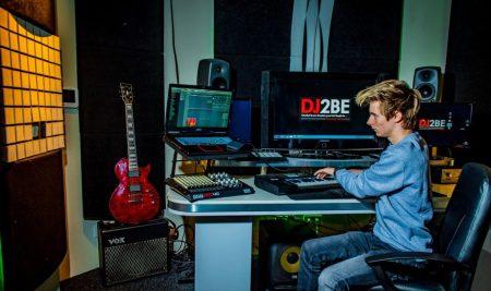 DJ2BE helemaal terug na inbraak: 'Alles valt nu eindelijk op zijn plaats'
